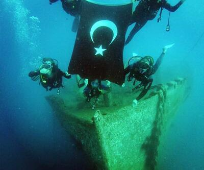 Dalgıçlar su altında dev bayrak açtı