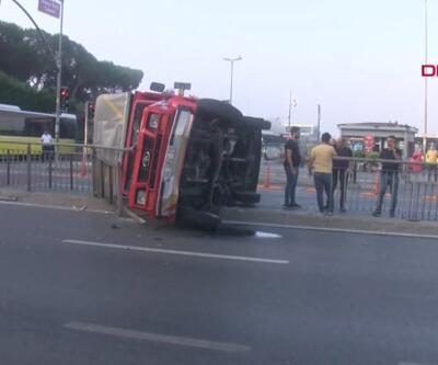 Kontrolden çıkan kamyonet taksiye çarpıp refüje çıktı | Video
