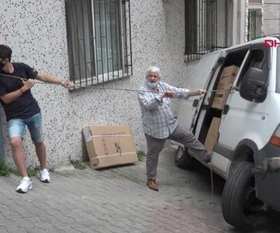 Asılı kalan minibüs devrilmesin diye halatla bağladılar | Video
