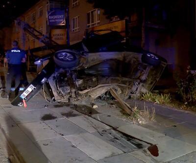 Ankara'da feci kaza! Otomobil, elektrik direğinde asılı kaldı: 1'i ağır 2 yaralı