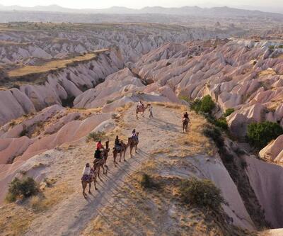 Kapadokya'nın masalsı manzarasını deve safari ile keşfediyorlar