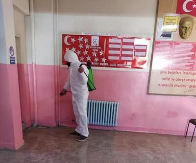 Müdürü olduğu okulu dezenfekte etti