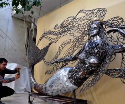 Hurda parçaları ile 400 kiloluk 'deniz kızı' heykeli yaptı