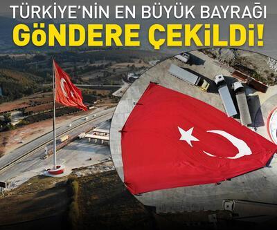 Türkiye'nin en büyük bayrağı göndere çekildi