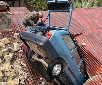 Virajı alamayan otomobil evin çatısına düştü