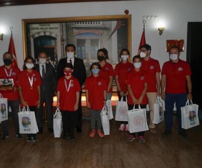 Vali Ümit, Teknofest'te başarılı olan öğrencilere hediye verdi