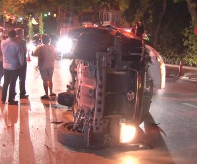 Trafikte seyreden araç, park halindeki bir araca çarpıp yan yattı