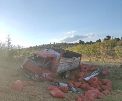 Kula'da, kontrolden çıkan badem yüklü kamyonet devrildi: 2 yaralı