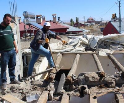Yılanlar yüzünden evini yıkmak zorunda kaldı