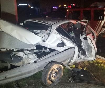 Bariyerlerin ok gibi saplandığı otomobildeki 2 kişi ağır yaralandı