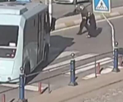 Minibüs şoförü yaşlı çift için yolu kapattı | Video