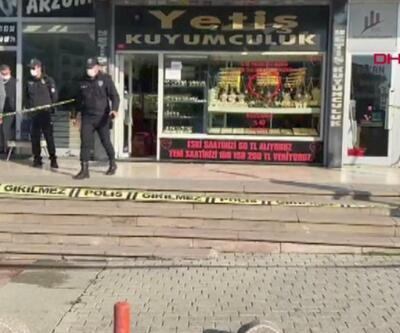 Altın ve paraları alan soyguncular kuyumcuyu yaralayıp kaçtılar | Video
