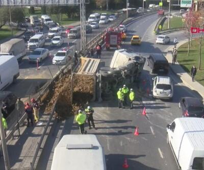 Hafriyat kamyonu, çarptığı aracın üzerine devrildi | Video
