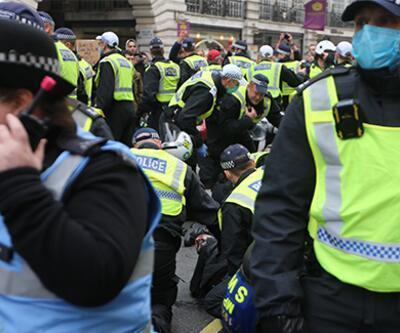 İngiltere'deki korona önlemleri karşıtı gösteride en az 150 kişi gözaltına alındı