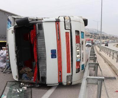 Devrilen kamyonda yüklü yem çuvalları yola saçıldı