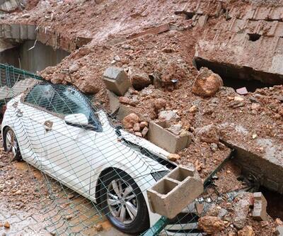Çöken duvarın altında kalan 3 araç hurdaya döndü