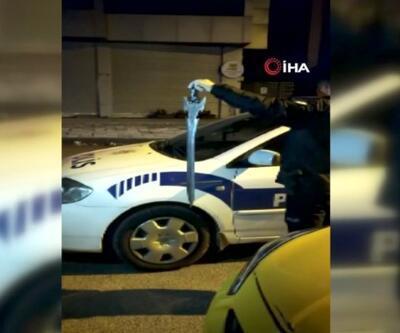 Kılıçla durağa saldırdı, taksiciler döverek hastanelik etti | Video