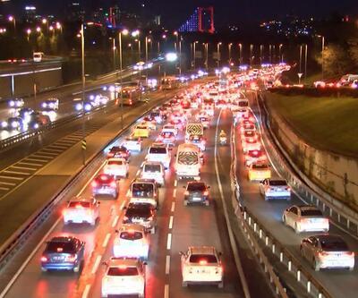 Sokağa çıkma kısıtlamasının ardından İstanbul'da haftanın ilk iş günü trafik yoğunluğu
