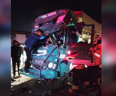 Kırmızı ışıkta bekleyen TIR'a kamyonet çarptı: 1 yaralı