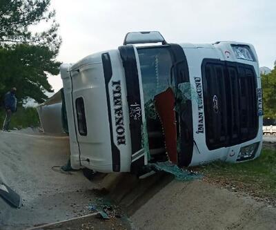 Devrilen TIR metrelerce sürüklendi, sürücü yaralandı