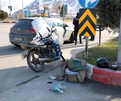Motosikletli kuryeyi kask kurtardı