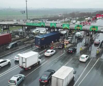 TEM Otoyolu'nu kilitleyen kaza... TIR midibüse ve beton bloklara çarptı | Video