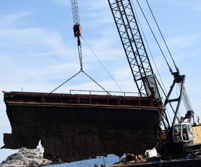 Batan dev gemi parçalanarak çıkarılıyor