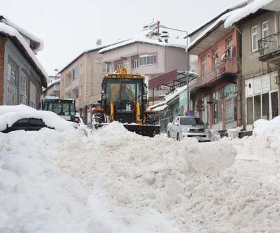 Çelikhan'da kar temizleme çalışması devam ediyor