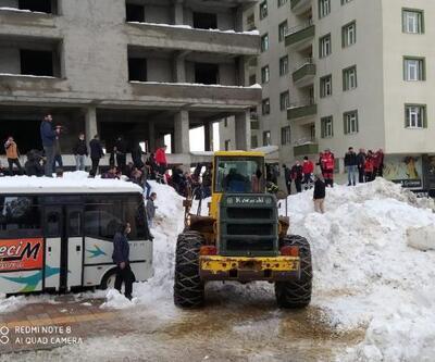 Bitlis'te çatıdan tonlarca kar kütlesi düştü: 3 çocuk yaralı