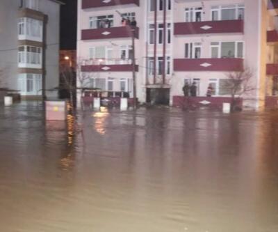 Evlerini su basan vatandaşlar kepçeyle kurtarıldı