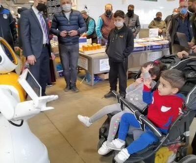 Pazarda ilginç görüntü: Robot Ada tezgahları gezdi