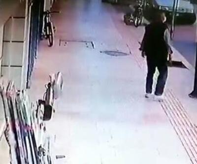 Balkondan düştü; kaldırımda yürüyen kişi saniyelerle kurtuldu