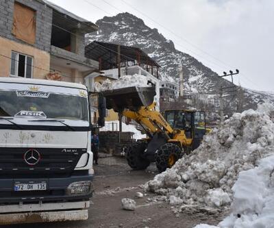 Kar yığınları kamyonlarla ilçe dışına taşınıyor