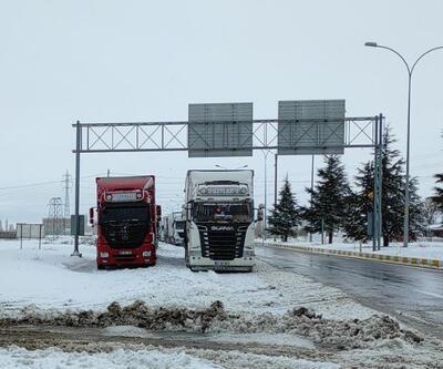 Konya-Antalya kara yolunda ulaşım kar yağışı nedeniyle güçlükle sağlanıyor