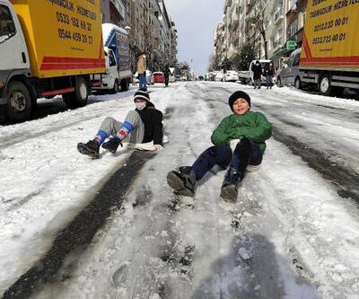 Şişli'de yol kapandı; çocuklar poşetle kaydı