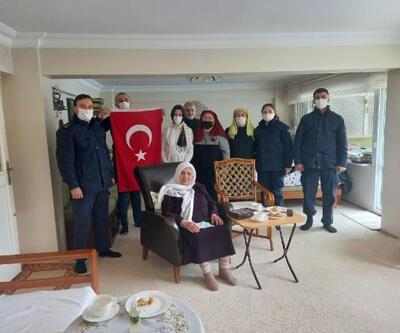 Mahide Nine Mehmetçik için atkı ördü