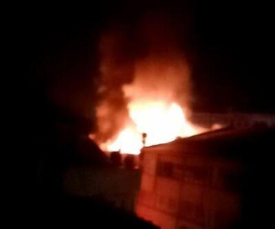 Çatı yangını mahalleyi sokağa döktü