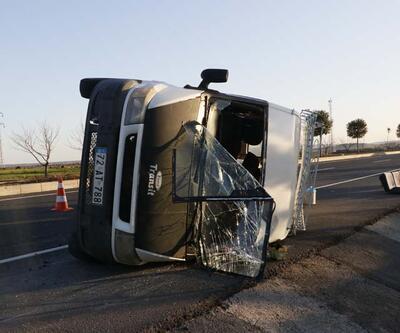 İşçileri taşıyan minibüs devrildi: Yaralılar var
