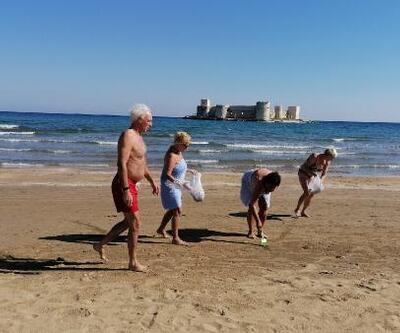 Güzel havayı fırsat bilen turistler plajı temizledi