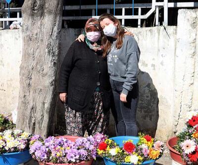 Mezarlıkta çiçek satarak kızını Oxford'da okutuyor