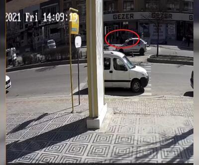 Otomobilin çarptığı kadın, metrelerce havada savruldu