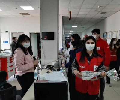 Kızılay gönüllülerinden kadın sağlık çalışanlarına karanfil