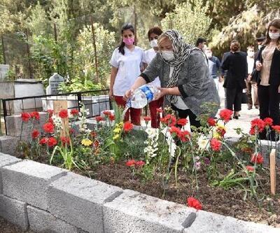 Başkan Erdem'den koronavirüsten ölen Dr. Mehmet Ertane'nin kabrine ziyaret