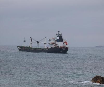 Karaya oturan kum yüklü gemi kurtarılmayı bekliyor
