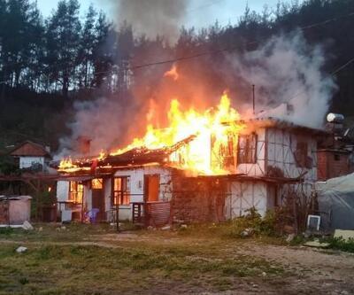 Finike'de iki katlı ahşap ev yandı