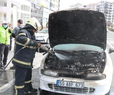 Seyir halinde alev alan otomobil yandı