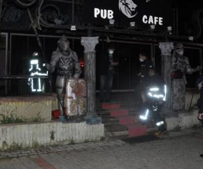 İş yeri girişinde çıkan yangın söndürüldü