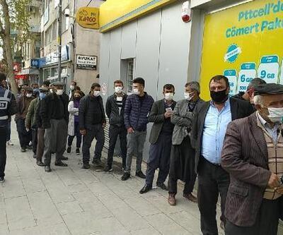Besni'de PTT ve banka şubesi önünde uzun kuyruklar
