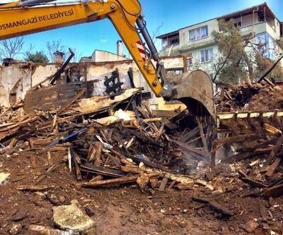 Osmangazi'de yanan bina gece saatlerinde yıkıldı