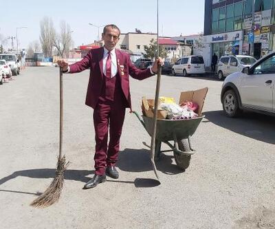 Göle'nin cadde ve sokaklarını 21 yıldır takım elbiseyle temizliyor
